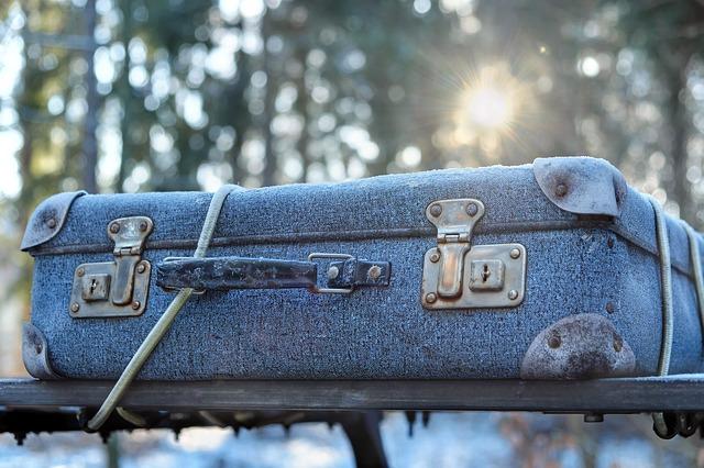 En resväska på väg med en flyttfirma i Stockholm