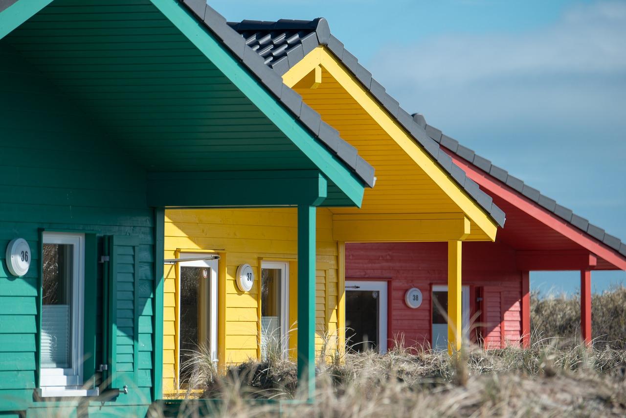 Stilren takläggning till kulörta hus